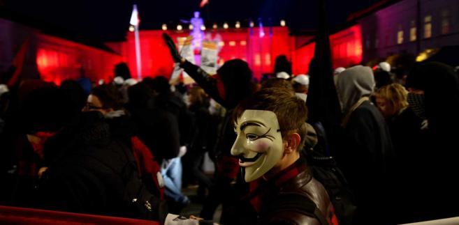 Marsz antyfaszystowski, zorganizowany w Święto Niepodległości przez Porozumienie 11 Listopada, mija Pałac Prezydencki.