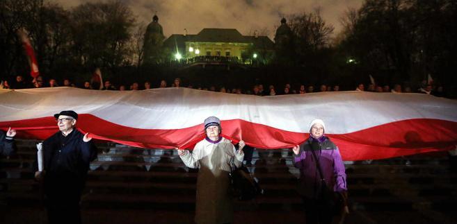"""Uczestnicy Marszu Niepodległości """"Odzyskajmy Polskę"""" dotarli na Agrykolę, gdzie zostały wygłoszone przemówienia"""