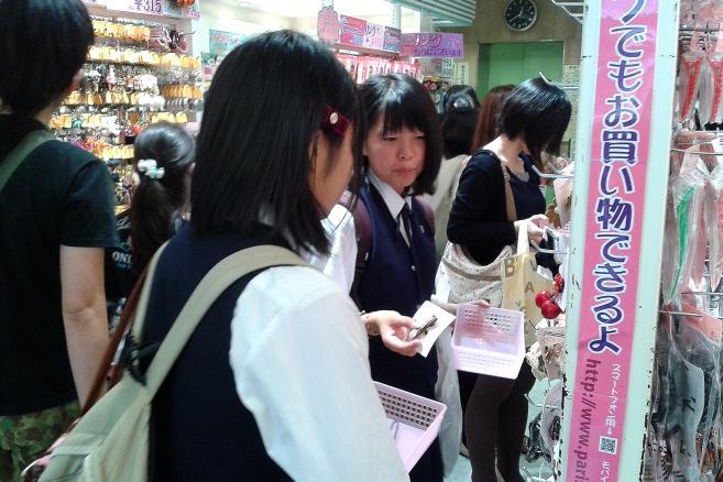 Japońskie uczennice w sklepie