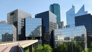 Nowoczesne budynki w biznesowej dzielnicy Paryża La Defense.