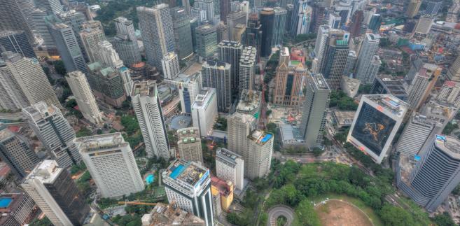 Baseny na dachach wieżowców widzianych z wieży telewizyjnej Menara Kuala Lumpur w stolicy Malezji. Fot. Hafiz Ismail / Shutterstock.com