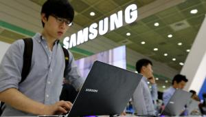Odwiedzający targi World IT Show 2013 w Seulu testuje laptopa Samsung Chronos serii 7. Seul, Korea Południowa 21.05.2013,
