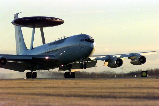 AWACS, samolot U.S. Air Force, wylądował w kanadyjskiej bazy lotniczej w 4 Skrzydle Cold Lake, Alberta, Kanada, 3 listopada 1997. Francja, Niemcy i Belgia zawetowały propozycje wyposażenia Turcji, członka NATO, w rakiety Patriot i samoloty AWACS do obrony przed ewentualnym atakiem Iraku, pogłębiając przepaść pomiędzy nimi i USA nad tym, jak radzić sobie z programami broni masowej Saddama Husajna. Bloomberg News