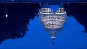 Stany Zjednoczone, Waszyngton. Budynek Kapitolu odbija się w tafli jeziora.