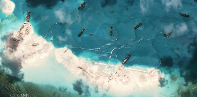 Budowa chińskich sztucznych wysp w pobliżu Wysp Spratly, źródło: Asia Maritime Transparency Initiative/Digital Globe