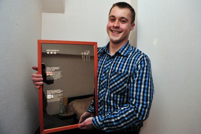 Pomysłodawca i konstruktor cyfrowego lustra, szczecinianin Patryk Wierzbicki z prototypem swojego nowatorskiego wynalazku - połączeniem lustra i smartfonu. mbmr PAP Marcin Bielecki