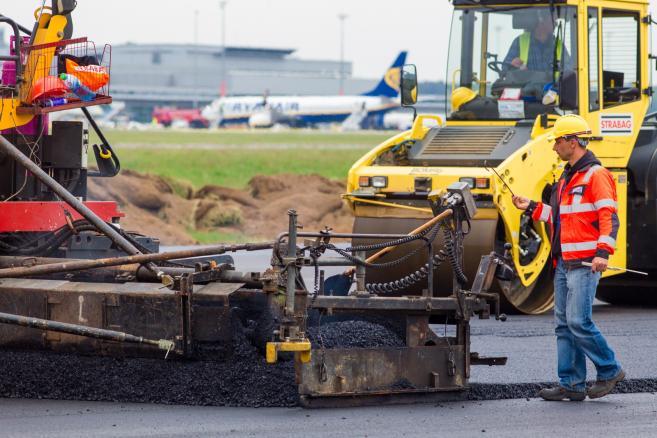 Modernizacja pasa startowego na lotnisku Poznań-Ławica  (zuz) PAP/Paweł Jaskółka