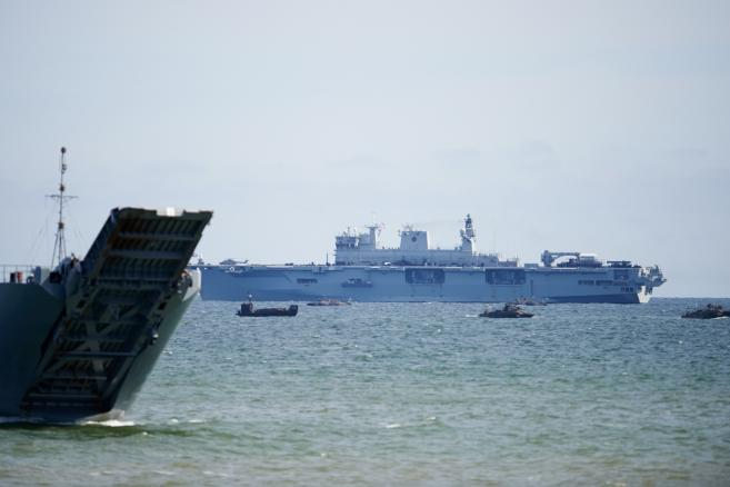 Okręty wojenne podczas fazy lądowej międzynarodowych ćwiczeń Baltops 2015