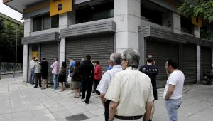 Sobota 27 czerwca 2015, kolejka przed greckim bankomatem należącym do  Piraeus Bank SA