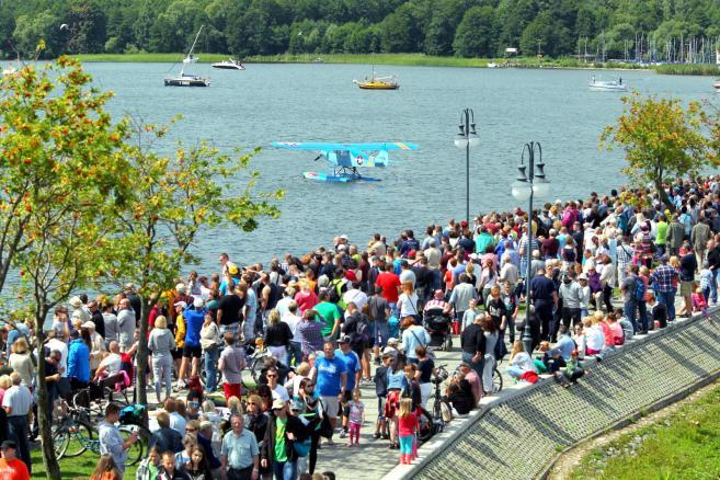 Pokazy lotnicze Mazury Airshow 2015 w Giżycku, nad portem na jeziorze Niegocin, 1 bm. (tw/cat) PAP/Tomasz Waszczuk