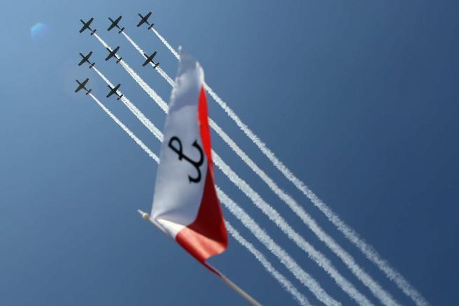 Parada lotnicza z udziałem samolotów i śmigłowców otworzyła defiladę wojskową, 15 bm.  (cat) PAP/Tomasz Gzell