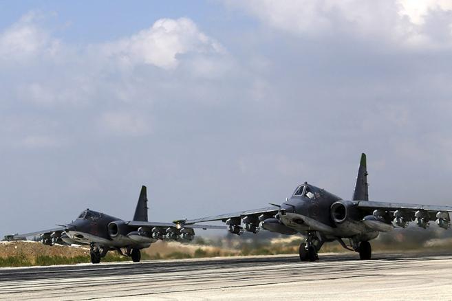 Rosyjskie dwusilnikowe samoloty szturmowe stacjonujące w bazie lotniczej w Chejmim, w pobliżu portowego miast Latakia. <br><br>fot. EPA/RUSSIAN DEFENCE MINISTRY PRESS SERVICE/HANDOUT Dostawca: PAP/EPA.