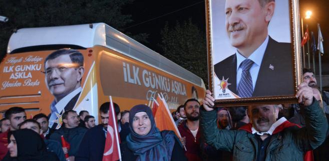 Wyborcy AKP świętują na ulicach (fot. EPA/DENIZ TOPRAK)
