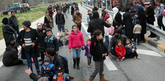 Imigranci w Grecji zmierzają w stronę zamkniętej granicy z Macedonią