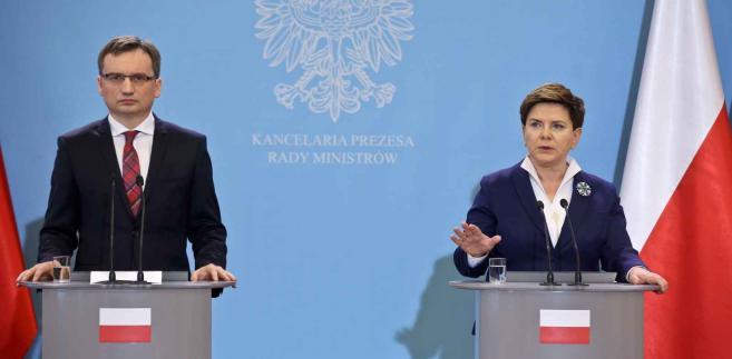 Premier Beata Szydło (P) i minister sprawiedliwości prokurator generalny Zbigniew Ziobro (L) podczas konferencji prasowej w KPRM, 25 bm. (zuz) PAP/Rafał Guz