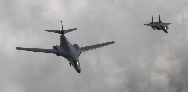 Amerykański bombowiec US B1-B eskortowany przez południowokoreański F-15K fighter