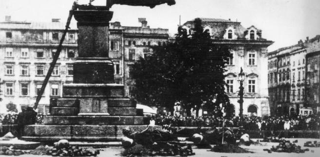 Demontaż pomnika Adama Mickiewicza przez Niemców. Kraków Rynek Główny, 17 sierpnia 1940 r.