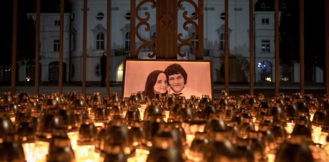 Znicze przy portrecie Jana Kuciaka i jego partnerki