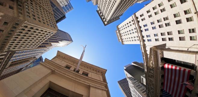 Wall Street w Nowym Jorku, ikona świata finansów i pierwsza siedziba NYSE, a obecnie również innych ojorskich giełd, w tym NASDAQ. Wall Street jest faktycznie synonimem amerykańskiego rynku finansowego.
