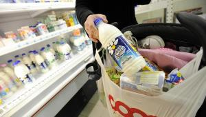 Butelkowane mleko Parmalatu oferowane w sklepach we włoskiej Parmie.