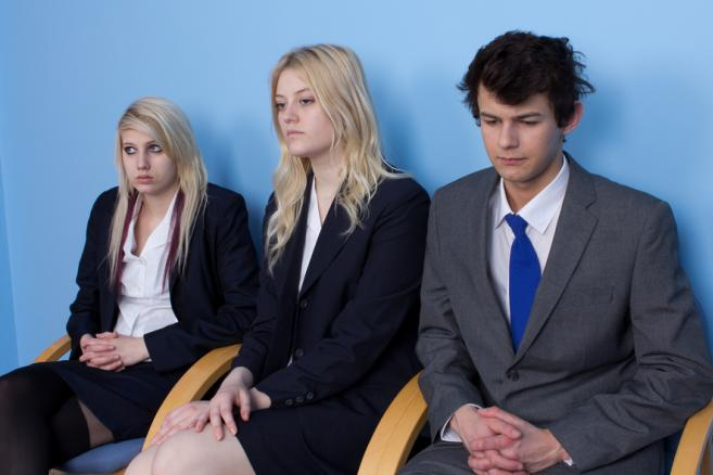 Młodzi ludzie w nerwach oczeukją na spotkanie