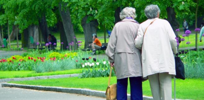 Dwie spacerujące starsze kobiety. fot. shutterstock.com