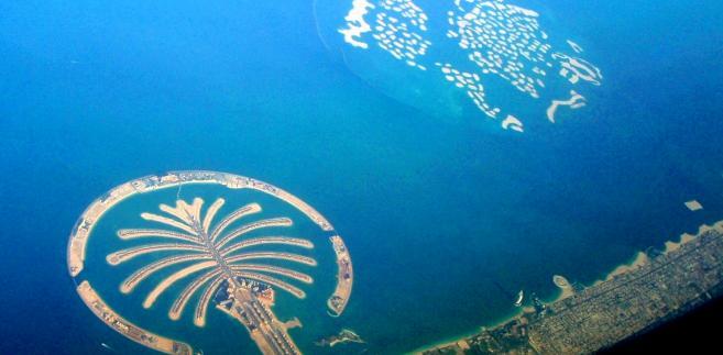 Widok na sztuczne archipelagi The Palm oraz The World u wybrzeży Dubaju. Widoczny na pierwszym planie kompleks Palm Jumeirah jest największym sztucznym archipelagiem wysp na świecie. Koszt jego budowy wyniósł ponad 12 miliardów dolarów USD. Fot. Daniel Rząsa/Forsal.pl