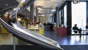 Zjeżdżalnia w oddziale Google w Zurichu, Szwajcaria.