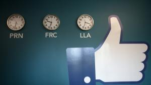 Symbol słynnego przycisku Lubię to, zawieszony obok zegarów w nowym centrum przechowywania danych Facebook w pobliżu koła podbiegunowego w szwedzkiej miejscowości Lulea, 12. czerwca 2013.