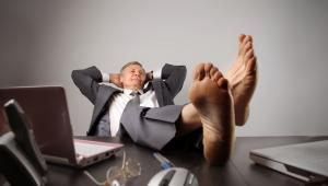 Biznesmen relaksuje się w biurze