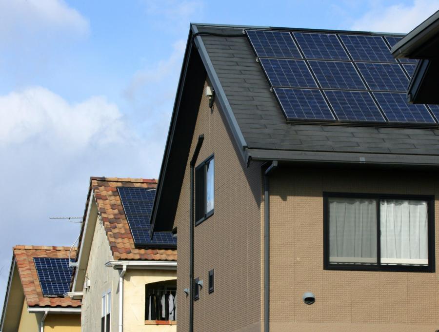 Kolektory słoneczne na dachach domów w Japonii