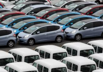 Samochody Hondy na placu u dilera. Fot Bloomberg