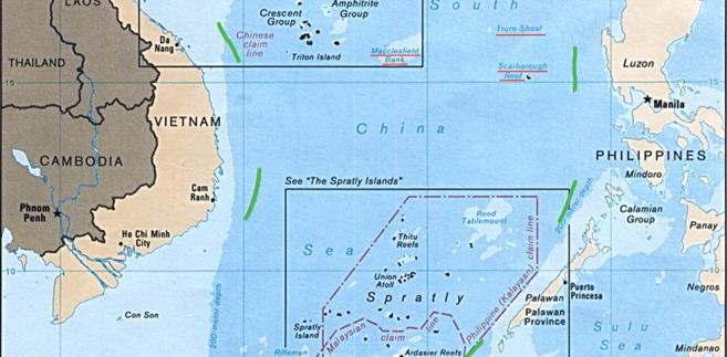 """Linia 9 kresek, na podstawie której Chiny wysuwają roszczenia terytorialne do 80 proc. akwenu Morza Południowochińskiego. Źródło: """"9 dotted line"""" by U.S. Central Intelligence Agency - Asia Maps — Perry-Castañeda Map Collection: South China Sea (Islands) 1988. Licensed under Public Domain via Commons - https://commons.wikimedia.org/wiki/File:9_dotted_line.png#/media/File:9_dotted_line.png"""