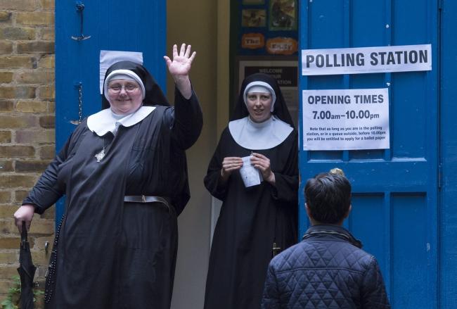 Zakonnice opuszczają lokal wyborczy po udziale w referendum ws. Brexitu. Londyn, 23.06.2016