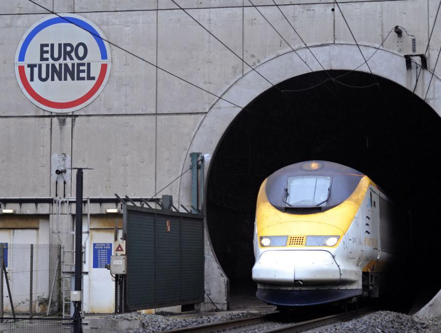 Eurostar wyjeżdzający z Eurotunelu. Jak na razie na trasie pomiędzy Londynem, Paryżem a Bruskelą monopol ma Eurostar Group.