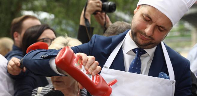 Wiceminister sprawiedliwości, kandydat PiS na prezydenta Warszawy Patryk Jaki podczas grilla z warszawiakami na Plaży przy Moście Poniatowskiego w Warszawie.