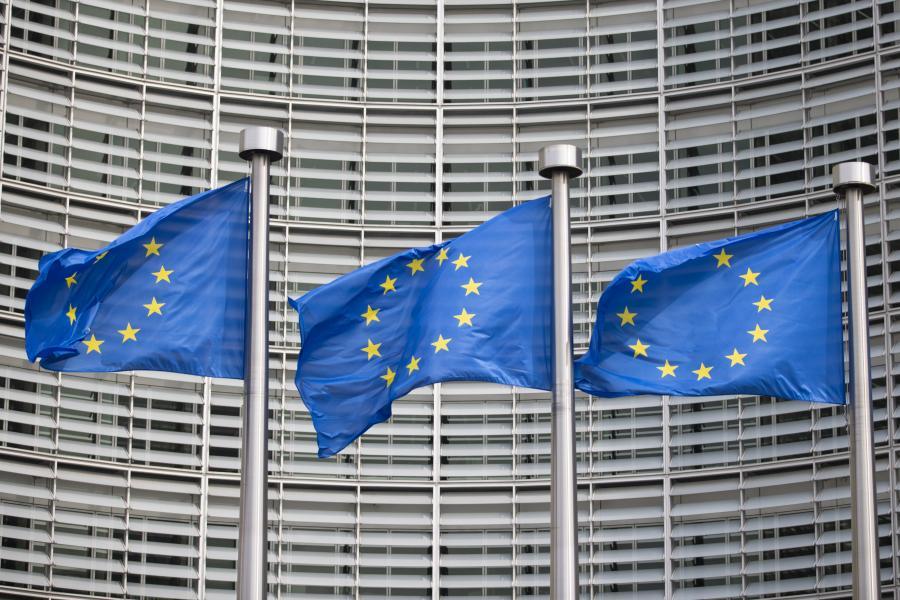 Flagi Unii Europejskiej przed budynkiem Komisji Europejskiej w Brukseli. 8.06.2018