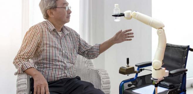Robotyzacja opieki szpitalnej i poza szpitalnej to nie fantastyka. W Japonii w prawie 10 proc. takich placówek stosuje się tę formę sztucznej inteligencji. Wdrażana jest też w Wielkiej Brytanii (m.in. Paro) i USA.