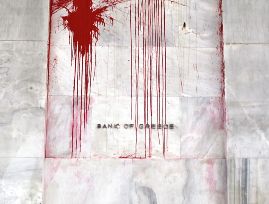 Siedziba Bank of Greece oblana czerwoną farbą przez wściekłych Greków, któzy oskarżają banki o spowodowanie kryzysu w ich kraju.
