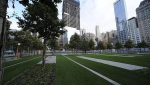 Dęby i trawa porastają plac o powierzchni 8 akrów otaczający The National September 11 Memorial and Museum w Nowym Jorku, fot. Paul Goguen/Bloomberg
