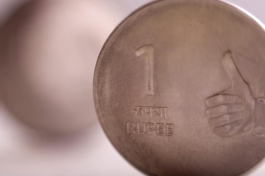 Indyjska waluta - rupia, fot. Bloomberg