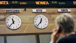 Makler rozmawia przez telefon w budynku Giełdy Papierów Wartościowych w Warszawie, Fot:Bloomberg