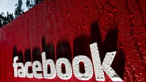 Logo Facebooka przed siedzi, fot. Tony Avelar/Bloomberg